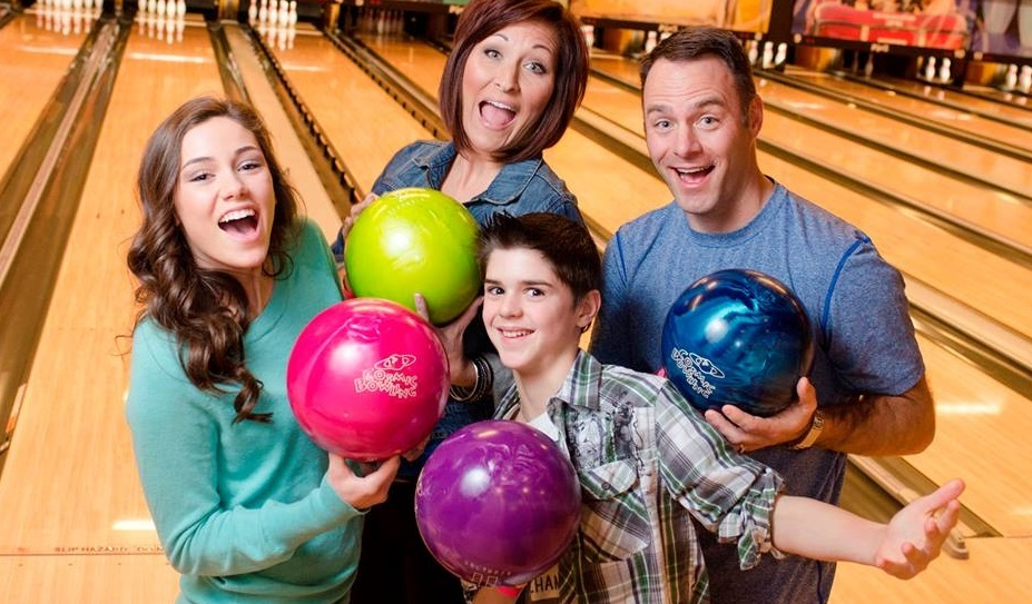 family bowling together | family fun | jb's on 41 | milwaukee, wi
